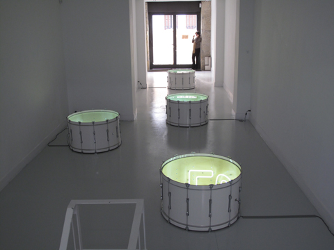 Vista general exposición Iván Navarro